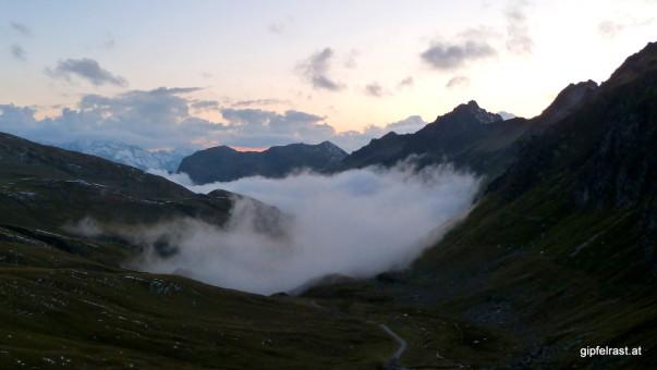 Der nächtliche Nebel kriecht das Verbellatal hinauf