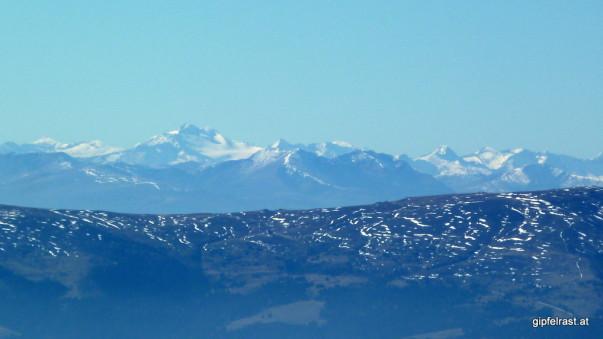 Bis zur 128 km entfernten Hochalmspitze in den Hohen Tauern reicht die Fernsicht heute!