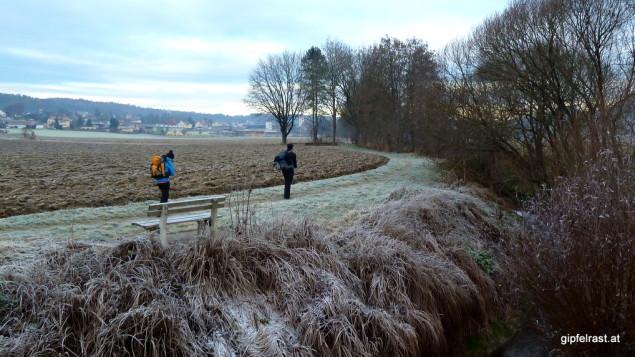 Auf dem Weg zum heißen Leberkäse, im Hintergrund Kirchbach