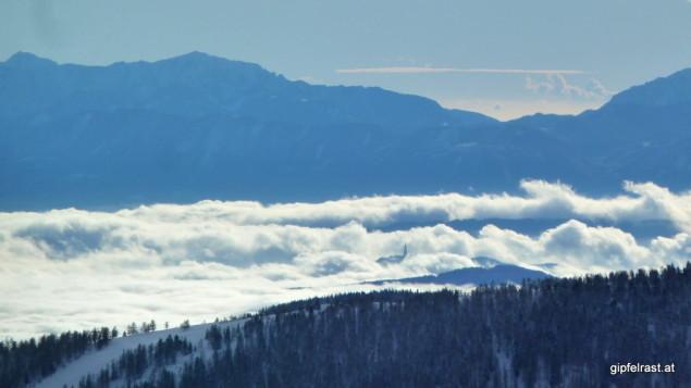 Herausragend im lautlosen Tosen des Nebelmeers. An Tagen wie diesen ist die Aussichtswarte am Pyramidenkogel 'A Place to be'.