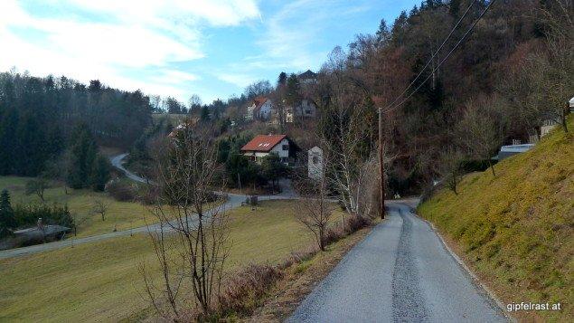 Linke Straßenseite: Graz, rechte Straßenseite: Stattegg. Und als Bonusfeature ist die Kurve vor mir der nördlichste Punkt des Grazer Gemeindegebiets.