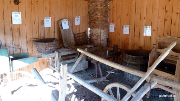 In einem Schuppen findet sich ein kleines Bauernmuseum