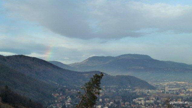 Beim Blick zurück zum Plabutsch zeigt sich sogar ein kleiner Regenbogen
