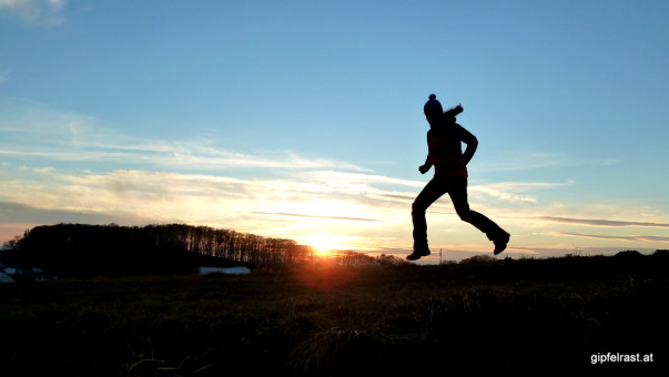 Die Sonne versinkt hinter dem Vulkan, flotten Schrittes ziehen wir von dannen...