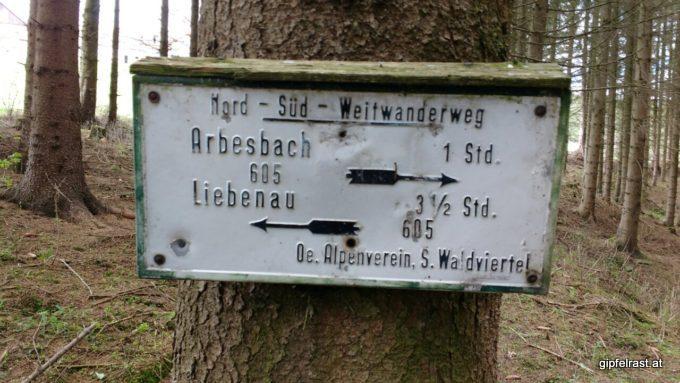 Die Art der Markierung schwankt stark, vor Arbesbach gibtˋs noch die ganz alten Taferln.