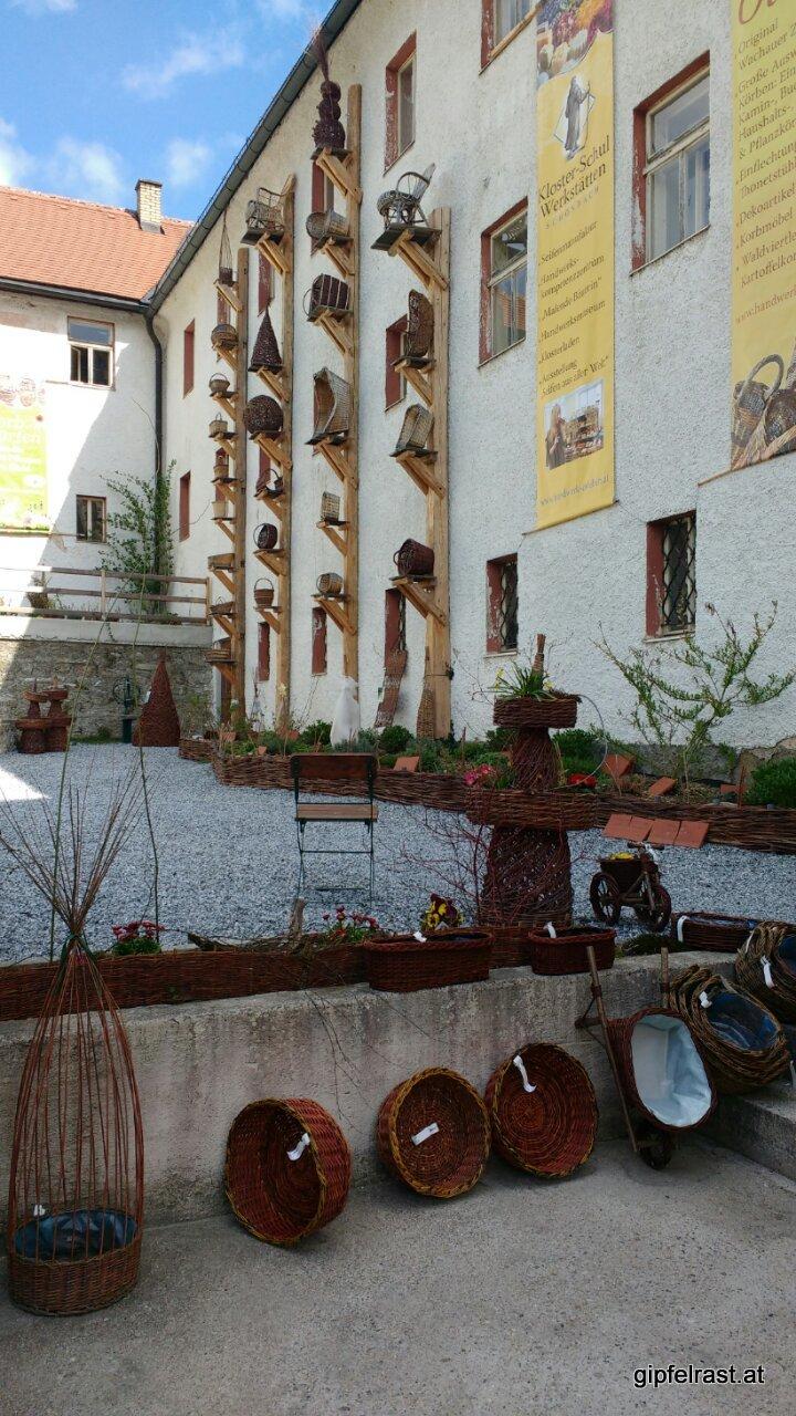 In Schönbach lohnt ein Blick hinter die Kirche, da gibtˋs einen Korbgarten (ich war auf der Suche nach einem konsumationsfreiem Stempel)