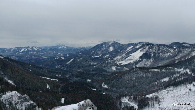 Blick zur Gemeindealpe, dahinter liegt Mariazell.
