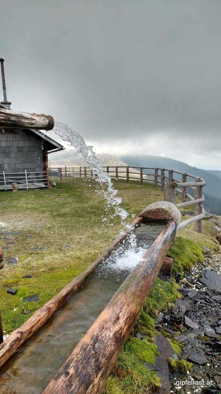 Der Brunnen sprudelt bei der Zeissmannhütte