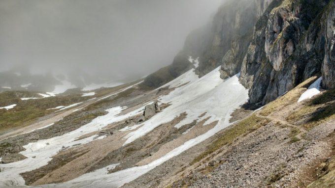 Die Nordseite des Reichensteins beherrschen Schneefelder und Nebel