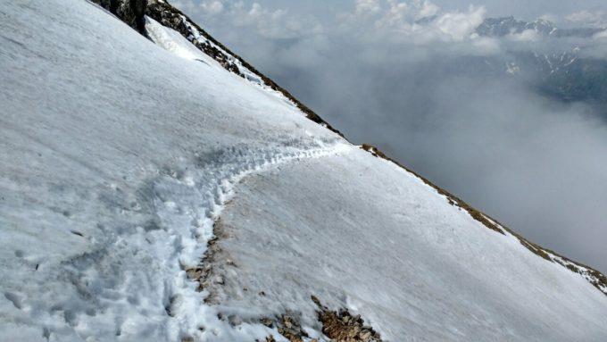 Auf dieser Seite des Bergs hat der Hüttenwirt einen Weg durch die Schneefelder geschaufelt. Dankeschön!