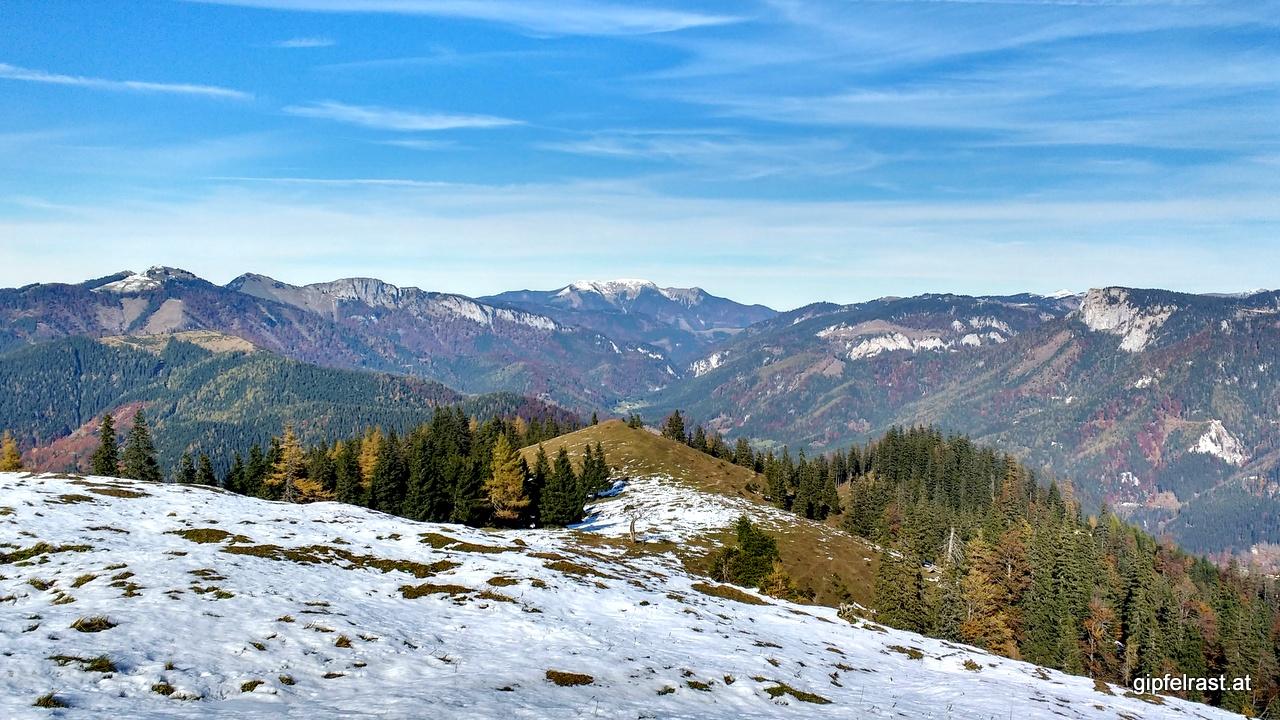 Vorbei am Senkstein führt der Weg ins Tal