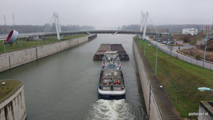 Das unter ukrainischer Flagge fahrende Schiff hat noch einen weiten Weg vor sich