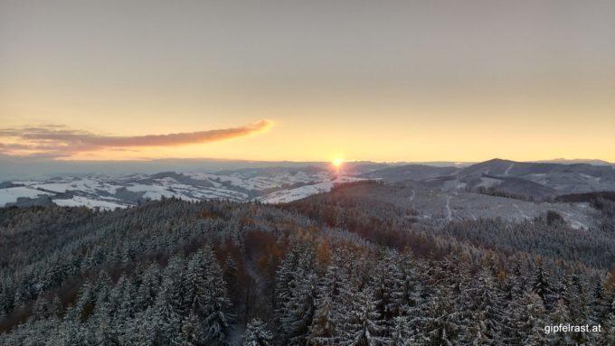 Der Moment, als die Sonne die ersten Strahlen über den Horizont wirft